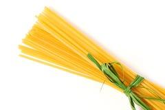 Espaguetis atados con la cinta verde aislada Imagen de archivo