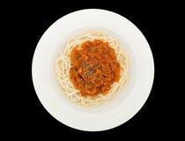 Espaguetis boloñés con la salsa de tomate del cerdo o de la carne en una placa aislada en el fondo negro con la trayectoria de re foto de archivo libre de regalías