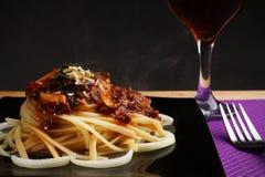 Espaguetis boloñés con las cebollas Fotografía de archivo libre de regalías
