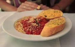 Espaguetis boloñés con pan de ajo Fotografía de archivo libre de regalías