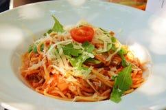 Espaguetis boloñés con queso y tomatoe Fotografía de archivo libre de regalías