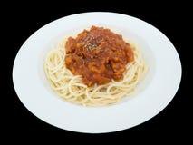 Espaguetis boloñés en una placa aislada en el fondo negro fotografía de archivo libre de regalías