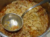 Espaguetis boloñés, la mejor comida italiana en el pote foto de archivo