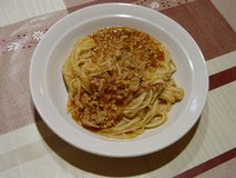 Espaguetis boloñés, la mejor comida italiana en la placa imagen de archivo