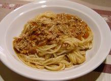 Espaguetis boloñés, la mejor comida italiana en la placa fotografía de archivo