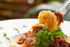 Espaguetis boloñés y perejil Imagen de archivo