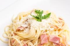 Espaguetis Carbonara con Ham And Parmesan cocido Fotos de archivo