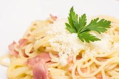 Espaguetis Carbonara con Ham And Parmesan cocido Fotografía de archivo