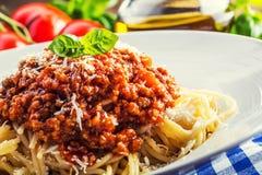 Espaguetis Cocina italiana y mediterránea Espaguetis boloñés con el tomate y la albahaca de cereza fotos de archivo libres de regalías