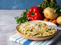 Espaguetis cocinados en la salsa vegetal Fotografía de archivo