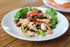 Espaguetis con el camarón y Basil Sauce Fotografía de archivo libre de regalías
