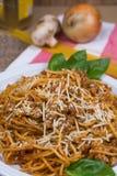 Espaguetis con el queso parmesano y la albahaca Fotos de archivo libres de regalías