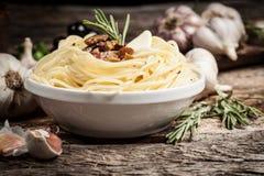 Espaguetis con la carne y el ajo. Alimento biológico Foto de archivo