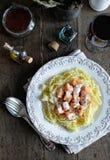 Espaguetis con la salsa de queso de color salmón y cremosa Imagen de archivo