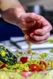 Espaguetis con la salsa del pesto y el tomate de cereza Imagenes de archivo
