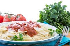 Espaguetis con la salsa y el perejil rojos Imágenes de archivo libres de regalías