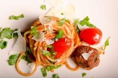 Espaguetis con las albóndigas fotografía de archivo libre de regalías