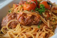 Espaguetis con las albóndigas en salsa e indegredie del marinara del tomate fotos de archivo libres de regalías