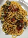 Espaguetis con las almejas y el tomate Fotografía de archivo libre de regalías