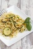 Espaguetis con las nueces del calabacín y de pino Fotografía de archivo libre de regalías