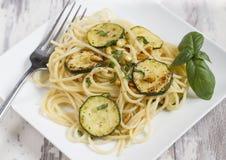 Espaguetis con las nueces del calabacín y de pino Foto de archivo