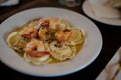 Espaguetis con los camarones, el tomate y el perejil tajado foto de archivo libre de regalías