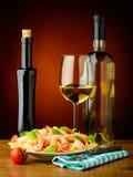 Espaguetis con los camarones y el vino del wihte Fotos de archivo