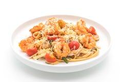 Espaguetis con los camarones y los tomates Fotos de archivo