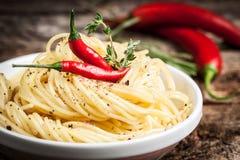 Espaguetis con los chiles. Alimento biológico. imagen de archivo