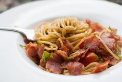 Espaguetis con los chiles, el tocino y el ajo secados Imagenes de archivo