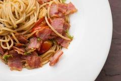 Espaguetis con los chiles, el tocino y el ajo secados Imagen de archivo libre de regalías