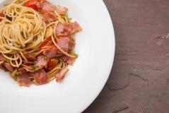 Espaguetis con los chiles, el tocino y el ajo secados Foto de archivo libre de regalías