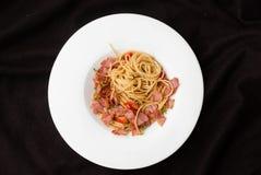 Espaguetis con los chiles, el tocino y el ajo secados Fotos de archivo