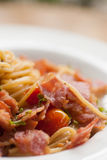 Espaguetis con los chiles, el tocino y el ajo secados Imágenes de archivo libres de regalías