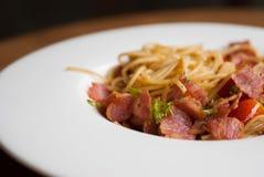 Espaguetis con los chiles, el tocino y el ajo secados Fotos de archivo libres de regalías