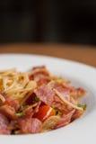 Espaguetis con los chiles, el tocino y el ajo secados Fotografía de archivo