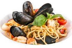 Espaguetis con los mariscos aislados en el fondo blanco Cierre para arriba fotos de archivo libres de regalías