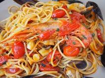 Espaguetis con los mariscos y el tomate fresco Alimento italiano tradicional imagen de archivo
