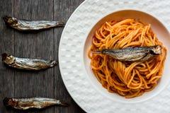 Espaguetis con los pescados ahumados Fotografía de archivo