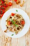Espaguetis con los tomates del pesto y de cereza Imagen de archivo libre de regalías