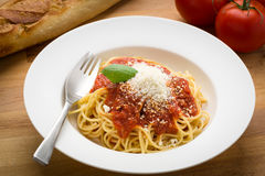 Espaguetis con marinara en un cuenco blanco Imágenes de archivo libres de regalías
