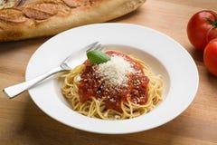 Espaguetis con marinara en un cuenco blanco Imagenes de archivo