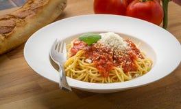 Espaguetis con marinara en un cuenco blanco Fotos de archivo libres de regalías