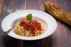Espaguetis con marinara en un cuenco blanco Fotografía de archivo libre de regalías