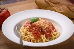 Espaguetis con marinara en un cuenco blanco Foto de archivo libre de regalías