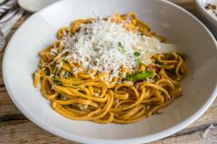 Espaguetis con parmesano fotos de archivo