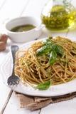 Espaguetis con pesto de la nuez foto de archivo