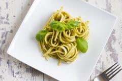 Espaguetis con Pesto y albahaca Imagen de archivo libre de regalías