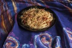 Espaguetis con queso, paprika, albahaca y tomates secados al sol Foto de archivo