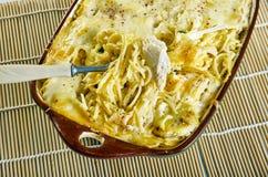 Espaguetis cremosos, caseosos del pollo foto de archivo libre de regalías